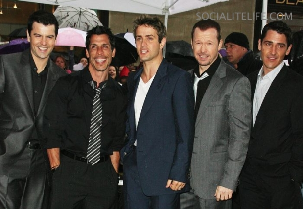 Jordan, Danny, Joey, Donnie, Jonathan: New Kids On The Block, ou NKOTB.